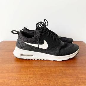Nike Air Max Thea sneakers i str. 36,5. Stort set ikke brugt, da de desværre har været lidt for små til mig. Derfor er de i flot stand med meget få brugsspor.   Pris: 200 kr.   Afhentes i Aarhus C.
