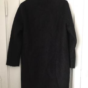 Flot, sort vinterjakke i 45% uld fra Ganni. Høj krave og skjulte knapper foran. Lidt make-up på indersiden af kraven.  Sender ikke - alt kan hentes på Emdrup St. i København.