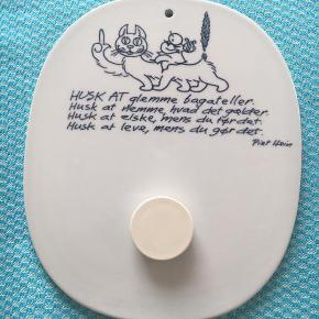 Smørbrik / vægplatte designet af Piet Hein i hans karakteristiske super-æg form m. tekst og motiv for Royal Copenhagen (fajance) nr. 101-3713 lidt brugsspor på bagsiden ellers i rigtig fin stand, (magnet følger med) årstal 1954 Mål: ca 15×12 cm bud fra 100 kr + evt. forsendelse  *Handel kan foregå via TS, kontant, via bankkonto & Mobilepay*