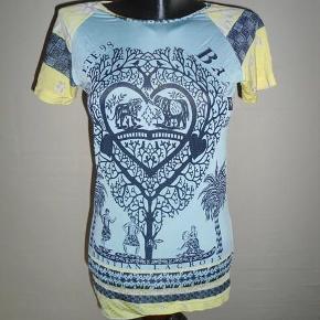 Varetype: 💚🌸💚 Lækker print t-shirt/bluse m. stræk - se mål   6 fotos Størrelse: XL (S/M) - se mål Farve: Multi  Smart t-shirt/bluse m. flotte detaljer fra  Christian Lacroix  Str. XL, men lille, den sidder på et torso i str. 36/lille 38  Farve: Blå, gul, mørkeblå, lilla  Mål:   Brystmål: 2 x 45 cm Taljemål: 2 x 40 cm  Længde: ca. 68 cm  Ærmelængde under arm og ud: ca. 5,5 cm (korte ærmer)  Materiale:  90% Viscose + 10% Elastan - lækker elastisk kvalitet.  Stand: Brugt få gange - se foto tæt på, der er løbet et par tråde + et enkelt sted på ærmet ser jeg her ved måling, ellers rigtig fin stand  --------------------------------------------------------- ---------------------------------------------------------  Priside: 250 inkl. porto som b-post :O)  Bytter ikke!  ** Se også alle mine andre annoncer med tøj og sko - Tøj: str. 34-50 Sko/støvler: 36-41 desuden tasker, smykker, tørklæder, bælter o.m.a.**  *** Klik på mit brugernavn for at se samtlige annoncer ***  ******************************************** ****************** OBS ********************** **** VÆLGER KØBER IKKE FORSIKRET FORSENDELSE **** ********* KØBES INDLEVERINGSATTEST ************ ********************************************