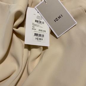 Cremefarvede lækre bukser med sidelommer. Aldrig brugt, desværre købt for store. Jeg bruger normalt en 38 og disse bukser passer fint end at være en str 40
