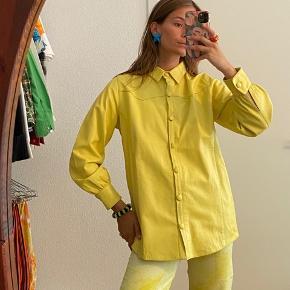 Sejeste skjorte/jakke fra Hosbjergs SS20 kollektion. 100% lammelæder. Brugt enkelte gange og fremstår i rigtig god stand. Kan bruges både åben og lukket.  Mindstepris 1000 kr.   Kan afhentes på Frederiksberg - ellers betaler køber porto :)