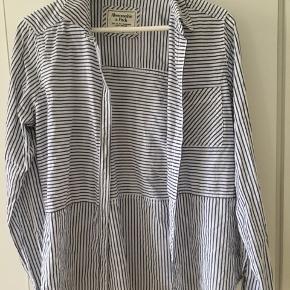 Sælger denne mega pæne skjorte. Den er i størrelse large men er lidt lille i størrelsen. Den er i rigtig god stand😊 Mp:90kr BYD