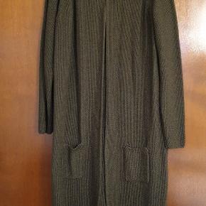 Ny lang  lækker hæklet/Strikket cardigan fra Creton med nål lukning med perle. Farven er mosgrøn.