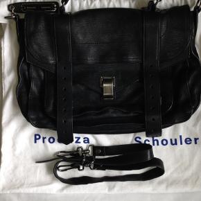 Medium Proenza Schouler i sort, med oxideret hardware. Tasken er i meget fin stand, sælges ikke for mindre 8500, som er 3000 under købspris fra ny. Proof of purchase og dustbag følger selvfølgelig med.   Mp er 7200. Denne pris kan ikke forhandles længere ned.