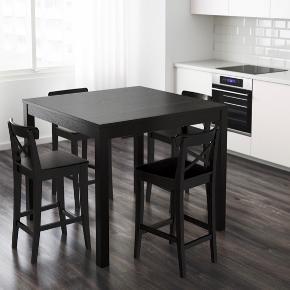 Højt spisebord fra IKEA (Udgået model). Måler 110x110 cm.  Har lidt ridser i kanten.  Der kan købes 4 barstole med.   Kom med et bud☺️