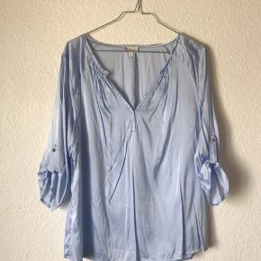 Lyseblå silkeskjorte fra Dea Kudibal Brugt få gange  Foretrækker MobilePay. Ved ts handel lægges ts gebyr oveni prisen😊  Køber betaler fragt 📦 Eller afhentes på min adresse i Horsens 🏠  Bytter ikke ❌