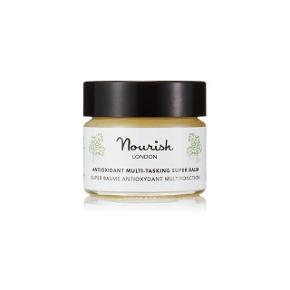 Britiske Nourish London producerer noget af det reneste, økologiske og allergivenlige hudpleje, som er certificeret efter de strengeste, bl.a. Soil Association.  Antioxidant Multi-Tasking Super Balm er det aller nyeste produkt fra Nourish, som er hvad navnet siger: Et multiprodukt, der kan bruges som både rensebalsam, plejende maske og lokalt på tørhedspletter, neglebånd, i hårspidser etc.  Den er spækket med antioxidanter og essentielle omega fedtsyrer fra bl.a. kale, macadamiaolie, kameliaolie, sesamolie og geranium.  Som rensebalsam bruges den med en vaskeklud for let eksfoliering, som maske bruges den i 20 min. eller natten over, og som pleje smøres den direkte på de ønskede områder. Resultatet er en gennemfugtet hud med sund glød.  Ny og helt ubrugt. Det er den mindste af de to størrelser, den er lavet i - 15 ml., som koster £12 eller ca. 100 kr. fra ny.  Sælges for 50 kr. + porto (20 kr. som B-brev ved handel via mobilepay)  Bytter ikke.