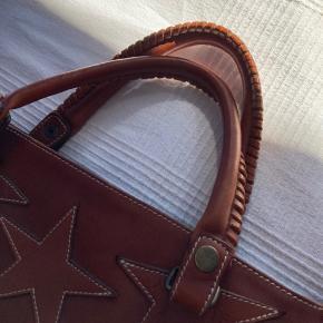 Smuk ikonisk lædertaske fra Rika med stjerner på. Tasken er brugt nænsomt og er derfor i rigtig god stand.   Bytter ikke.