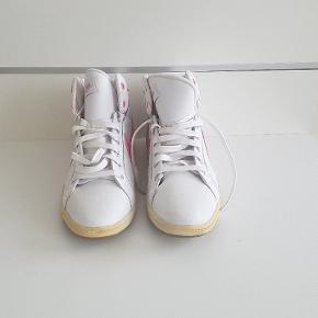 Super fede hvide sneaks med lyserøde detaljer fra Nike. Meget små i størrelsen, så selvom der står 42 så svarer de altså mere til en 40. Brugt en enkelt eller to gange da de er for små.   Kan afhentes i Hillerød eller Søborg. Kan leveres i Hillerød eller Søborg og omegn mod betaling.  Ved køb af flere varer er der mængderabat. Ved køb af flere varer for over 400 kr. I alt er der både mængderabat og gratis forsendelse. Kom gerne med bud. Jeg bytter også gerne.