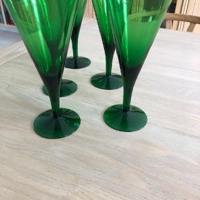 Holmegaard glas, grøn Clausholm, stor pokal/rødvinsglas, højde 18 cm, det er ældre glas i meget fin stand, brugt ganske få gange og  vasket op i hånden, ikke makine. 5 glas,  KOM med seriøst bud :O) Sender IKKE, afhentning i Hundested, Amager eller Odense efter aftale!!