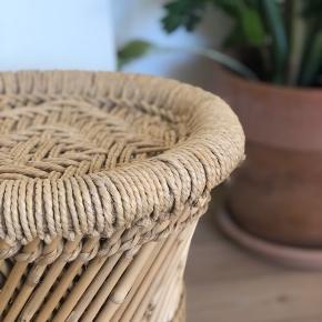 Fin lille bambus tromle med strå-detaljer ☺️ Fejler såmænd ikke noget, trænger bare til en klud da den har samlet støv.  Måler ca 35 cm i højde samt 33 i dia.   Kan afhentes i Esbjerg, sender ikke. Bytter heller ikke.