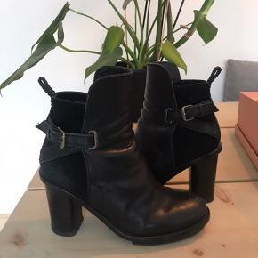 Acne støvler  Kan afhentes på Østerbro eller sendes med posten. Køber betaler fragt.