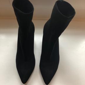 Super cool sock boots fra Jeffrey Campbell. Kun brugt et par gange.   Str. 36 (vil også passe en 36,5)