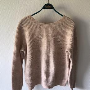 Fin blød sweater i sart lyserød med lille udskæring på ryggen. Str. Large    #30dayssellout