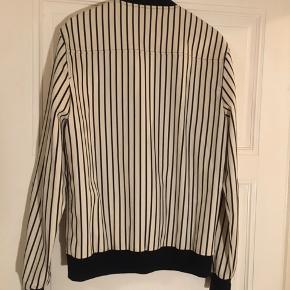 Sælger denne Libertine-Libertine jakke, da jeg aldrig har brugt den.  Nypris; 2000   Kan afhentes eller sendes