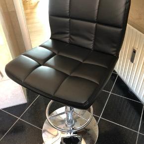 2 barstole i sort læder, i god stand