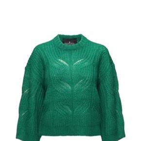 Lækker grøn strik fra Designers Remix. Den er brugt få gange og hænger bare i mit skab, så jeg synes det er på tide den kommer videre.   Den er dejlig til en nederdel, jeans og holder en dejlig varm. Jeg er 175 høj af normal bygning og den ender ved min talje/hofter. Den er lavet af 25% uld, 15% mohair, 30% akryl og 30% nylon.   I skal være mere end velkomne til at byde :) // jeg bytter ikke. Fragt er på købers regning, ellers kan man afhente i Indre By