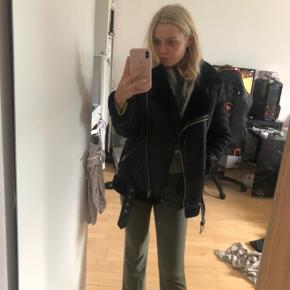Sælger denne lækre jakke fra H&M, jeg købte den sidste år til 1000kr. Så kom med et bud. Den er brugt, men stadig i rigtig lækker stand! Den har hængt inde i skabet de sidste mange måneder