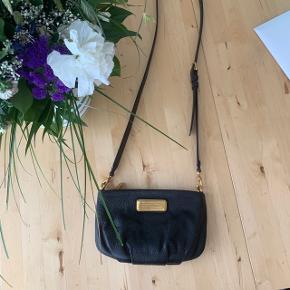 Sælger denne Marc By Marc Jacobs New Q Classic Percy taske, da jeg ikke får den brugt. Den er brugt under fem gange og fremstår derfor som nu - da der ingen tegn er på slidtage/brug.  Nypris 1600kr. Den oplyste pris er fast.   Produktbeskrivelse: 100% kalveskind Bredde 24 cm Højde 16 cm Rem ca. 1, 25 cm