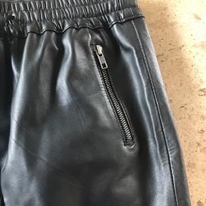 Kanon flot nederdel i lækkert blødt lammedkind 😀 gennemboret... Lommer med lynlås og bred elestik i livet...  Liv 32 cm, kan strækkes ud til 42 cm Hofte 42,5 Længde 40