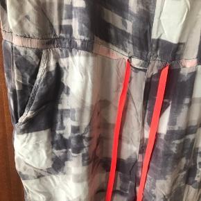 Så flot og lækker en buksedragt/jumpsuit. Let og luftig og FLOT print.