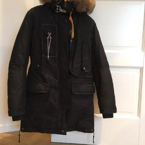 Sælger min parajumpers jakke (Kodiak oxford) kun brugt få gange, fremstår derfor som ny!  Er åben for seriøse bud!! :-) Nypris: 6.800
