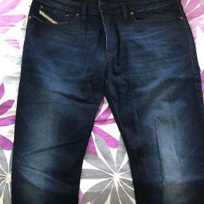 """Varetype: Slim Størrelse: 34/32"""" Farve: Mørkeblå Oprindelig købspris: 899 kr.  Sælger disse jeans. Næste helt ny  Str: 34/32 Ingen kvittering desværre"""
