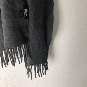 Halstørklæde fra magasin, brugt to gange og fejler derfor intet. Np var 600kr  Mp omkring de 200kr  Farven er en mørkegrå
