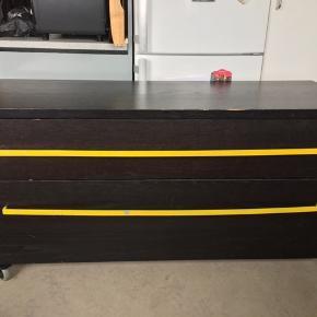 Kommode med hjul som kan låses. 2 skuffer. Sort farve.  HxBxD: 71x140x52 cm. Små brugsridser men fuld ud funktionel og ren.   Sælges 199 kr.   Ikea MALM Kommode 3 skuffer. Limegrøn farve.  HxBxD: 78x80x48 cm. Indvendig skuffer BxD: 72x43 cm. Små brugsridser men fuld ud funktionel og ren.   Butikspris 499 kr. Sælges 249 kr.