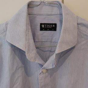 Varetype: Langærmet Farve: Lys Blå Oprindelig købspris: 1000 kr.  Model Farrell. 100% bomuld. Ingen brugsspor. Brugt meget lidt.