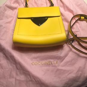 Super flot håndtaske/crossbody er kun brugt en gang så fremstår som ny.. ingen ridser ingen pletter.. måler ca 18 gange 18 cm... kommer med fin lyserød dustbag men ingen kvitering desværre da det har været en gave..