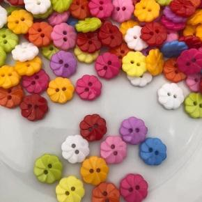 100 stk flotte knapper formet som blomst Dia 1,4 cm Kr 40,-  Knapperne kommer i et mix af farverne Kan sendes med postnord for kr 10,-