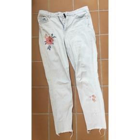 Girlfriend jeans med broderede blomster og små huller (altså, som er meningen) - brugt men stadig i fin stand. Kostede 299 kr.