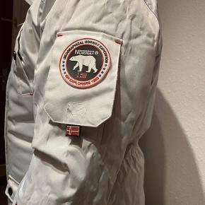 Sælger denne jakke billigt, fordi den mangler pels (man kan sagtens købe en) og knappen er faldt af. Ellers er den i rigtig god stand, varm og behagelig at gå i! Np: 1800kr