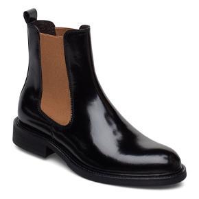 Overvejer at sælge mine helt nye billi bi støvler, hvis rette bud kommer ☺️  De aldrig brugt og er super fine - sælge da jeg ikke får dem brugt!  Kom gerne med et bud, np på dem er 1300kr