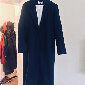 Flot jakke frakke med tre knapper foran og lommer. Der er lidt misfarvninger på det hvide for indvendigt, men ikke noget man ser, når man har den på. Den er lidt stor i størrelsen.