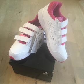 Helt nye Adidassko i original æske og med mærke, dog står prisen ikke derpå. Det er str 36 2/3. Aldrig brugt. Hvid, lyserød, pink.