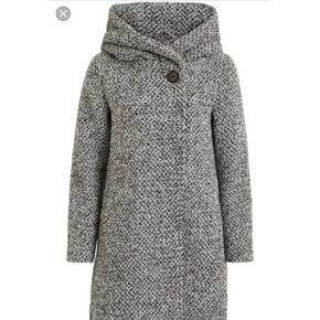 Sælger denne jakke i mørkegrå købt for 1 år siden for 1000kr i vila. Har aldrig gået med den. Den har ligget i skabet i dens pose. Så varm og pæn til vinter.