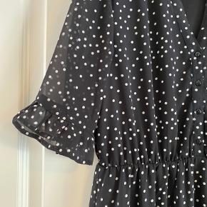 Fineste lange kjole med hvide prikker... Brugt to gange.... Bytter ikke eller tager retur- købt er købt! Faste priser... Køber betaler fragten... Jeg sender ikke yderligere billeder...