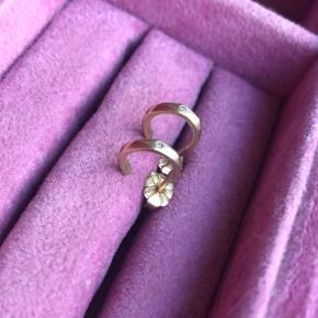 10 karat guld øreringe med tre diamanter 0.01 CT på hver stik.  Ny pris 2300,- kr. Byd gerne :-)