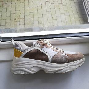 Chunky sneakers fra pavemant i i grå, brun og gul. Ikke brugt særligt meget, og derfor i perfekt stand. Modellen hedder MYNTHE mesh.