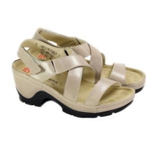 Brand: Berkemann Varetype: Sandaler Farve: Guld Oprindelig købspris: 999 kr. Prisen angivet er inklusiv forsendelse.  Sandaler, utroligt behagelige at gå i.   Hæl ca 6 cm og plateau ca 1 1/2 cm.  Velcrolukke bag til.    Har brugt dem 2 gange......