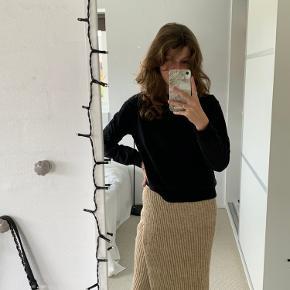 Har maks brugt nederdelen 2 gange. Den er som ny og fejler intet🤎 Sælger også matchende overdel dertil som kan ses på billede 3🤩 Skriv hvis der er spørgsmål!🥰