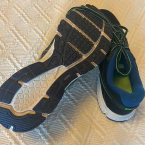 Fine lette sneakers i sort med grønt og blåt. Brugt meget få gange