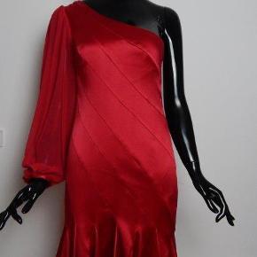 KAREN MILLEN kjole str UK10/36-38, rød silke, med et ærme, asymetrisk snit, NY med etiket MÅL: Bryst 72 cm, lgd 82 cm