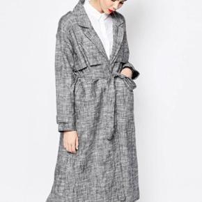 Fin frakke! Lynlåsen virker ikke:// Købt for 995kr. I Monki for nogle år siden. Brugt omkring 10 gange vil jeg tro😊 Der er bindebånd til i samme farve som frakken😊  Passes af xxs-m❤️