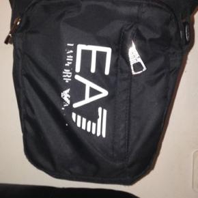 Sælger min elskede Armani taske da jeg har fået en ny og bare skal af med den. Den er slidt foran, men stadig helt perfekt at have på;) Den er super dejlig at have med sig rundt omkring, da den er praktisk at holde ting i fx sin mobil, smøger, nøgler, pung og meget andet:) SNUP DEN TIL 100 kr