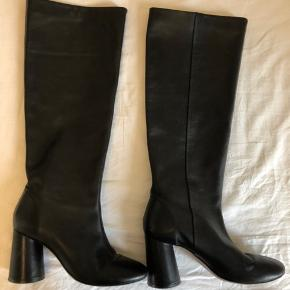Smukke støvler i kalveskind brugt 3-4 gange. Super behagelige, god hælhøjde.  Np.1790,- Kom med et bud🌸