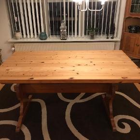 Solid spisebord fejler intet ink 6 stole som er slidte hentes i Fredericia egeskov